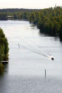 Moottorivene kuvattuna Leppävirran sillalta