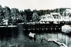 Leppävirran vanhaa siltaa esittävä postikortti