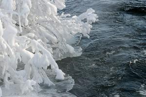 Vesi virtaa vanhassa uittouomassa