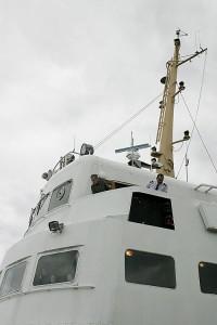 M/S Koli III kiinnittyy Leppävirran laivalaituriin kapteenin tarkkaillessa