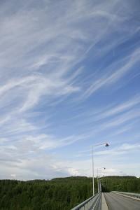 Höytyväiset pilvet kuvattuna Leppävirran sillalta
