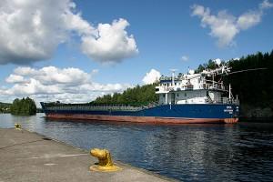 Venäläinen laiva valmistautuu sillan alitukseen Leppävirrassa