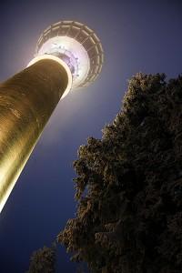 Puijon torni ja kuusikkoa jouluvaloissa