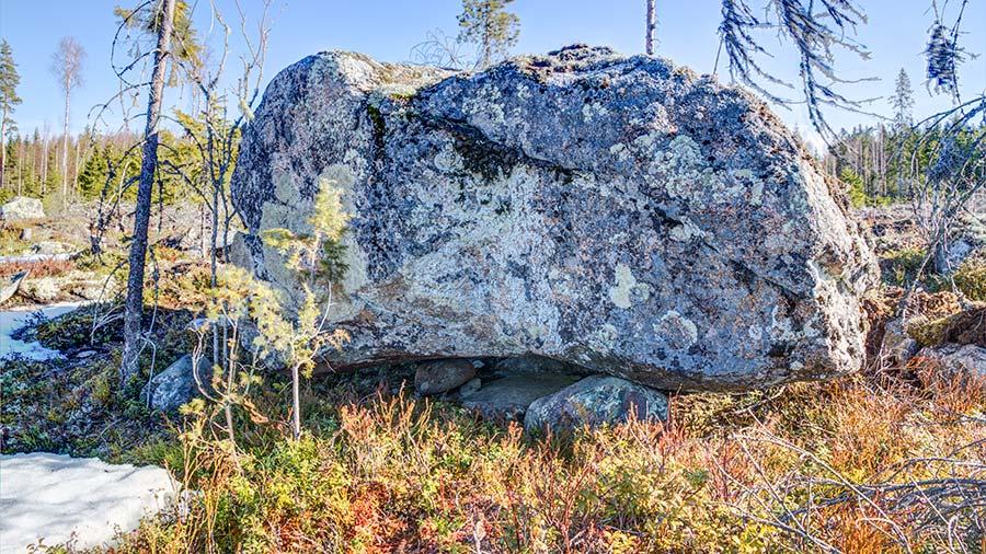 Tämä suurinkivi oli kolmen kiven varassa