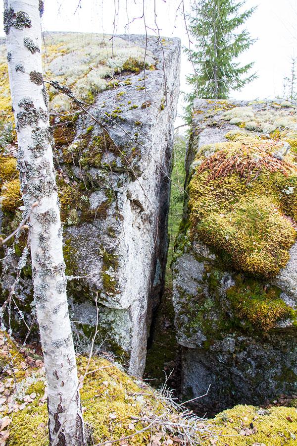 Suuri haljennut kivi