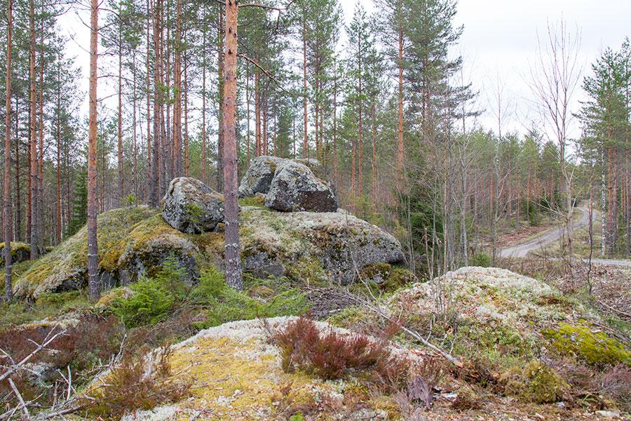 Kalliolla kiikkuva kivi