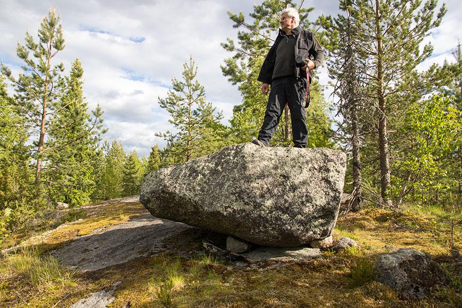 Kivi kenollaan kiveä vasten