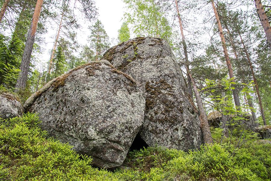 Kapealahen rinteen kiviasetelmia