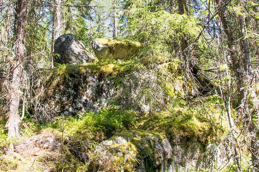 kaksi kiveä kalliolla