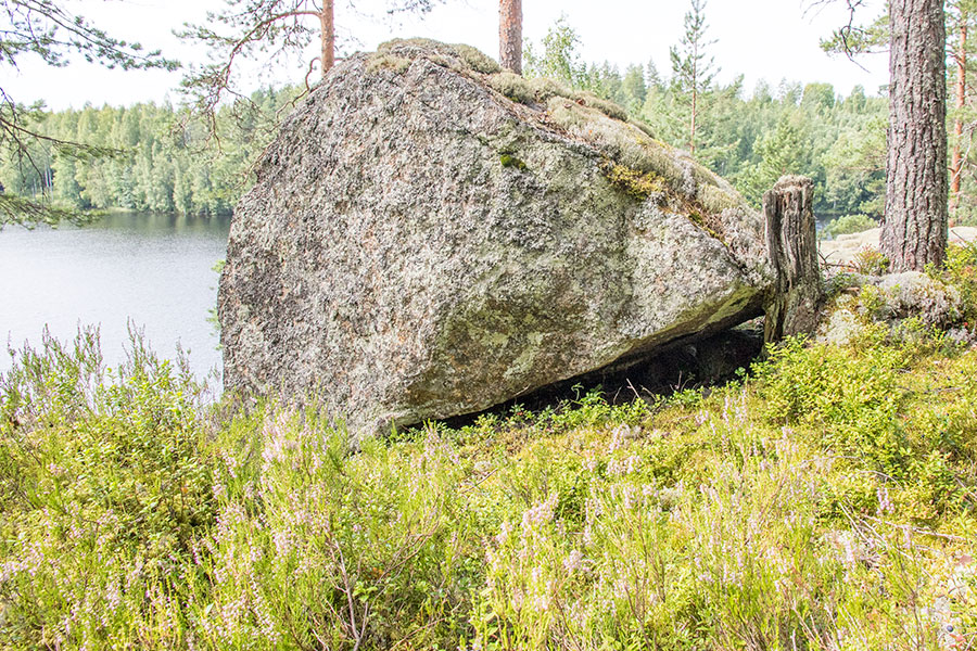 Jyrkänteen päällä oleva kivi