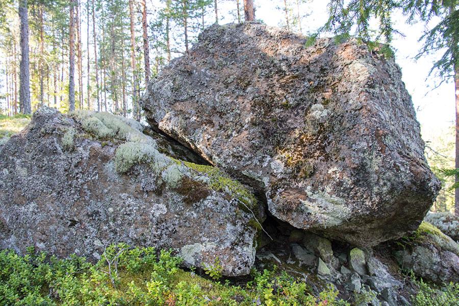 Suuri kivi Sutmonsalmen rinteellä
