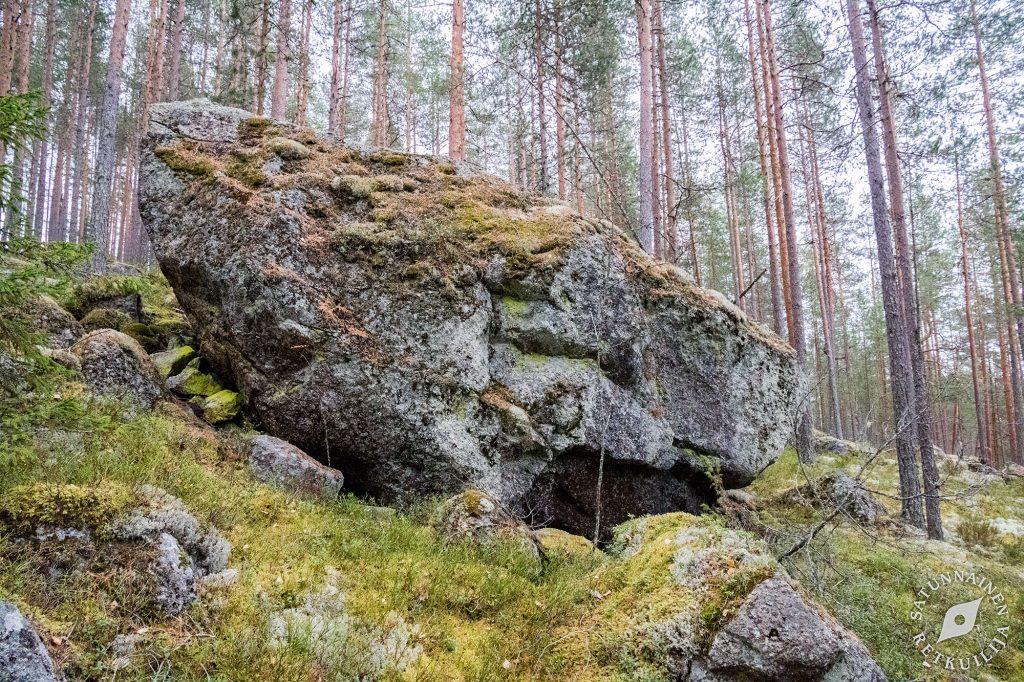 Lohkare, jonka alla luola, Leväniemi, Jäppilä